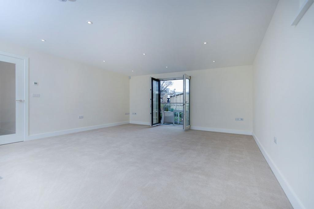 A spacious 2nd floor apartment in Wheatley House with lots of natural light and storage space