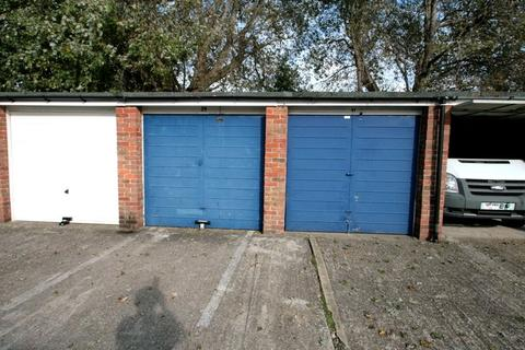 Garage to rent - Littlehampton, West Sussex