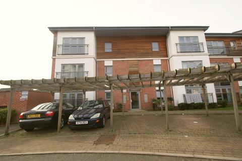 2 bedroom ground floor flat to rent - Riverside Close, Romford
