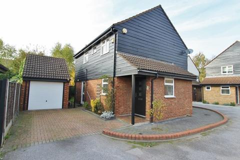 4 bedroom detached house to rent - Francombe Gardens, Romford, RM1