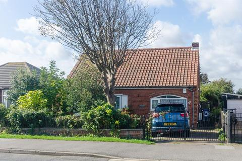 1 bedroom detached bungalow for sale - Hollym Road, Withernsea