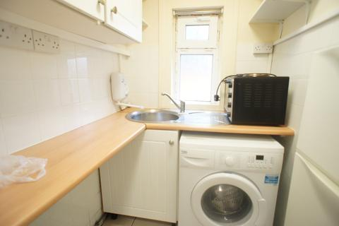 Studio to rent - Station Road, Chingford,