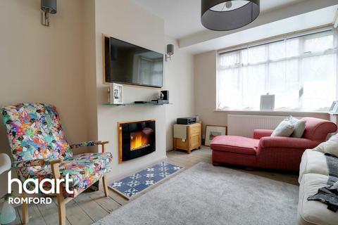 3 bedroom terraced house for sale - Fontayne Avenue, Rainham, RM13