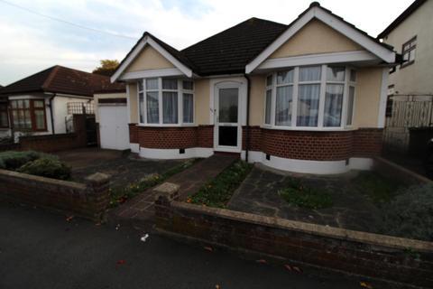 2 bedroom detached bungalow for sale - Granton Avenue, Upminster, Essex, RM14