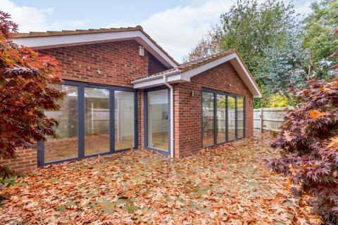 3 bedroom detached bungalow to rent - Martindale Road, Woking, GU21