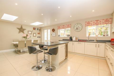 4 bedroom semi-detached house for sale - Aylesbury Road, Bierton, Aylesbury