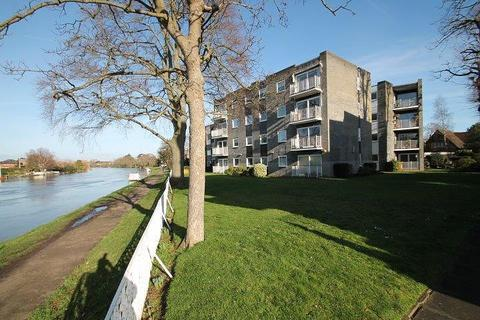 2 bedroom flat for sale - Glen Court, Riverside Road, Staines-Upon-Thames, TW18