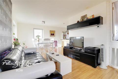 4 bedroom flat to rent - Bolan Apartments, E3