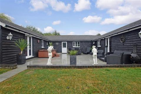 2 bedroom detached bungalow for sale - Fairway, Wickford, Essex