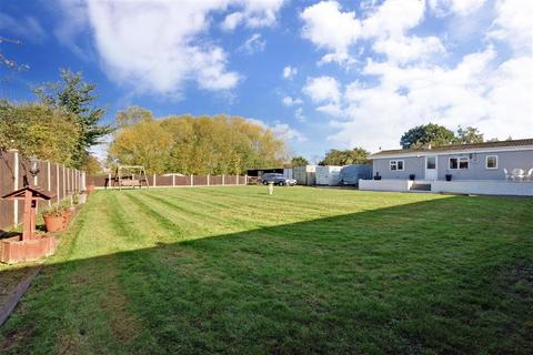 2 bedroom bungalow for sale - Fairway, Wickford, Essex