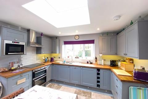 3 bedroom semi-detached house for sale - Wenhill Heights, Calne