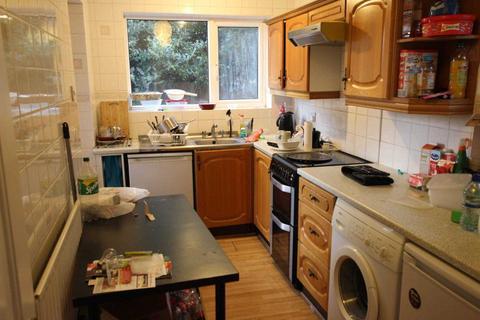 4 bedroom semi-detached house to rent - Addington Road, Reading