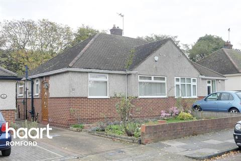 2 bedroom bungalow for sale - Rossall Close, Hornchurch, RM11
