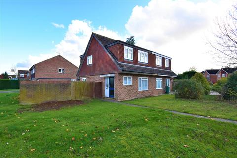 3 bedroom house to rent - Tarham Close, Horley