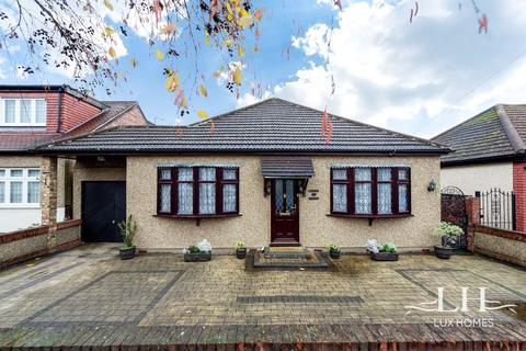 3 bedroom bungalow for sale - Cranham Road, Hornchurch