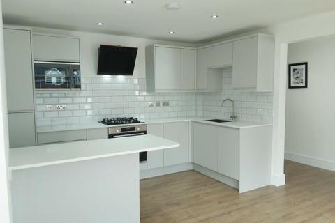 3 bedroom flat to rent - Kings Court, Castlebar Park, London, W5