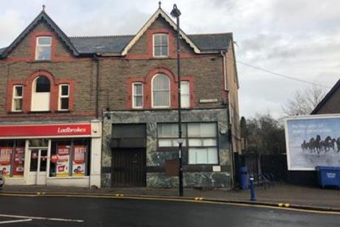 Shop for sale - (A3 Takeaway Consent), Former Natwest Bank, 2 Bedwlwyn Road, Ystrad Mynach