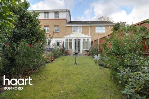 2 bedroom terraced house for sale - Bancroft Chase, Hornchurch, RM12