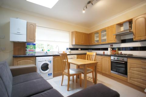2 bedroom flat to rent - Daphne Gardens , Chingford , London