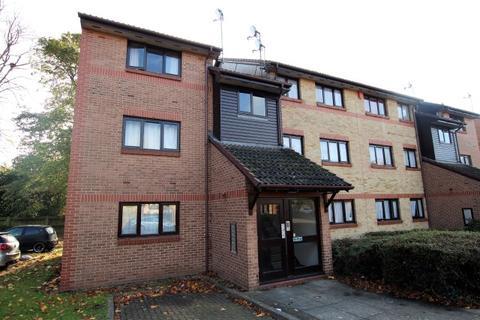 2 bedroom flat for sale - Waterside Close, Barking IG11