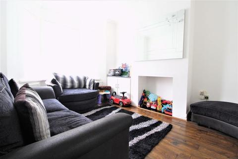 3 bedroom terraced house for sale - LARGE Traditional Home on Naseby Road, Luton
