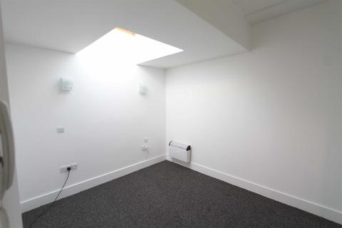 Studio to rent - Well Hall Parade, Eltham