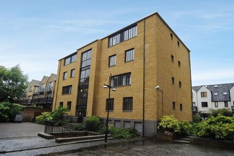 2 bedroom flat to rent - The Port House, London