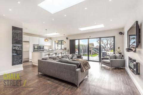 5 bedroom chalet for sale - Southend Arterial Road, Hornchurch, RM11