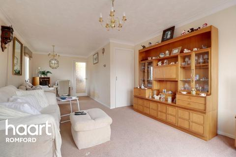 2 bedroom flat for sale - Brentwood Road, Romford, RM1