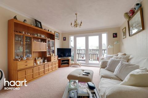2 bedroom flat for sale - Brentwood Road, Romford