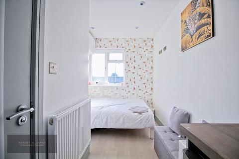 Studio to rent - Wessex Close, IG3