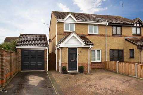 3 bedroom semi-detached house for sale - Kestrel Grove, Rayleigh, Essex, SS6