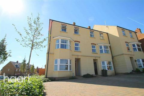 3 bedroom flat to rent - Broadview Close