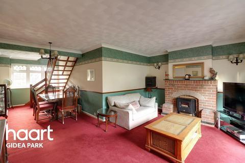 2 bedroom bungalow for sale - Millbrook Gardens, Gidea Park, Romford, RM2