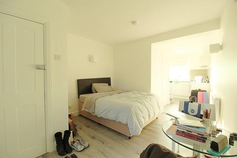 Studio to rent - Buckingham Place