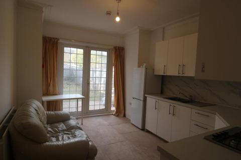 5 bedroom terraced house to rent - Boreham Road, Wood Green, N22