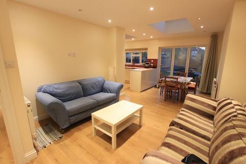 3 bedroom maisonette to rent - Hereward Gardens, London N13