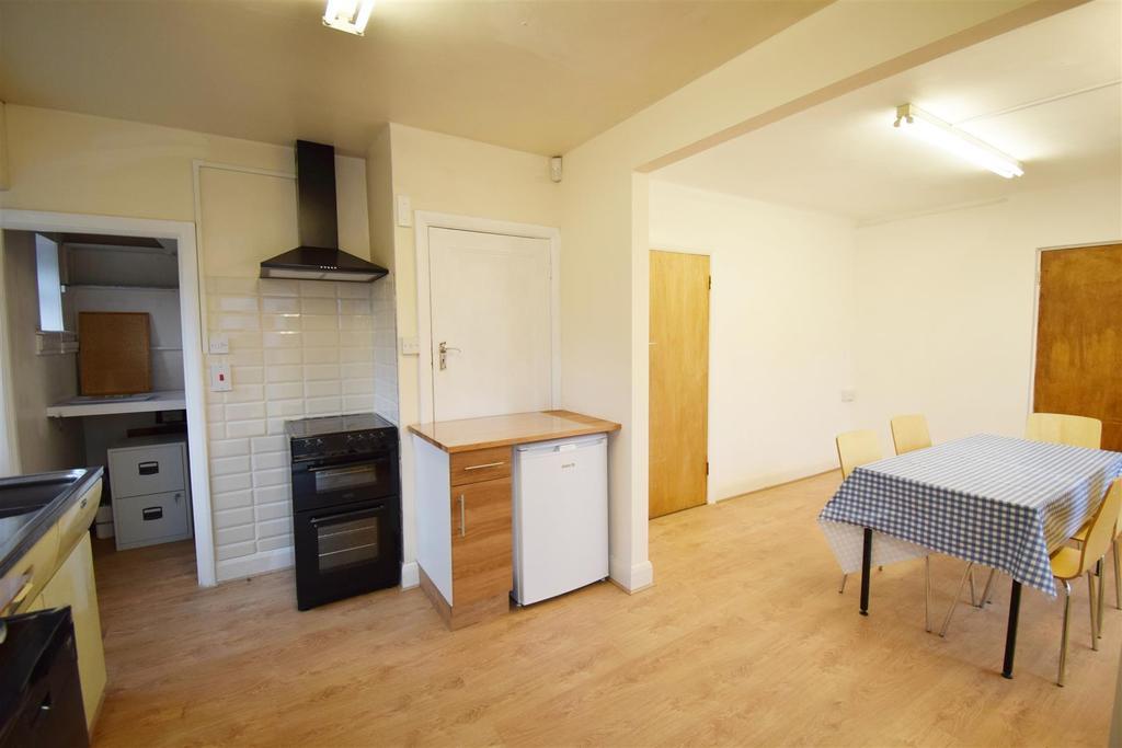 Kitchen (4) e.jpg