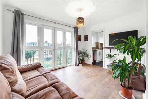 2 bedroom flat to rent - Crowthorne Close, SW18