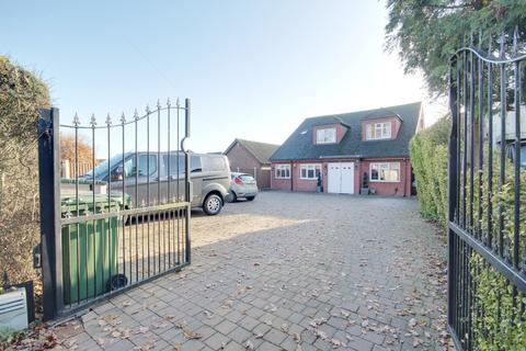 5 bedroom detached house for sale - Lower Bedfords Road, Romford, RM1
