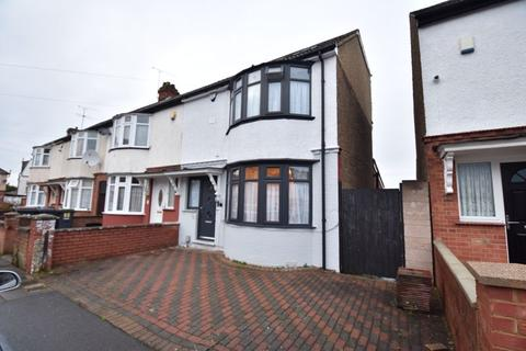 3 bedroom end of terrace house for sale - Maryport Road, Luton