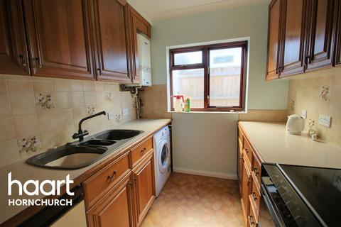 2 bedroom bungalow for sale - Doncaster Way, Upminster