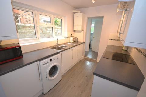4 bedroom terraced house to rent - Cardigan Gardens, Reading, Berkshire, RG1 5QP