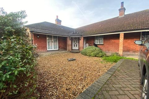 4 bedroom bungalow to rent - Frays Avenue, West Drayton, Middlesex, UB7