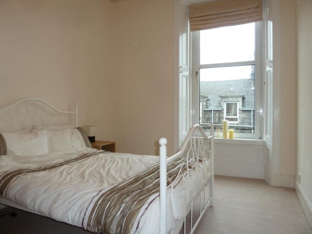 135 Rosemount Place, 2nd Right − Bedroom