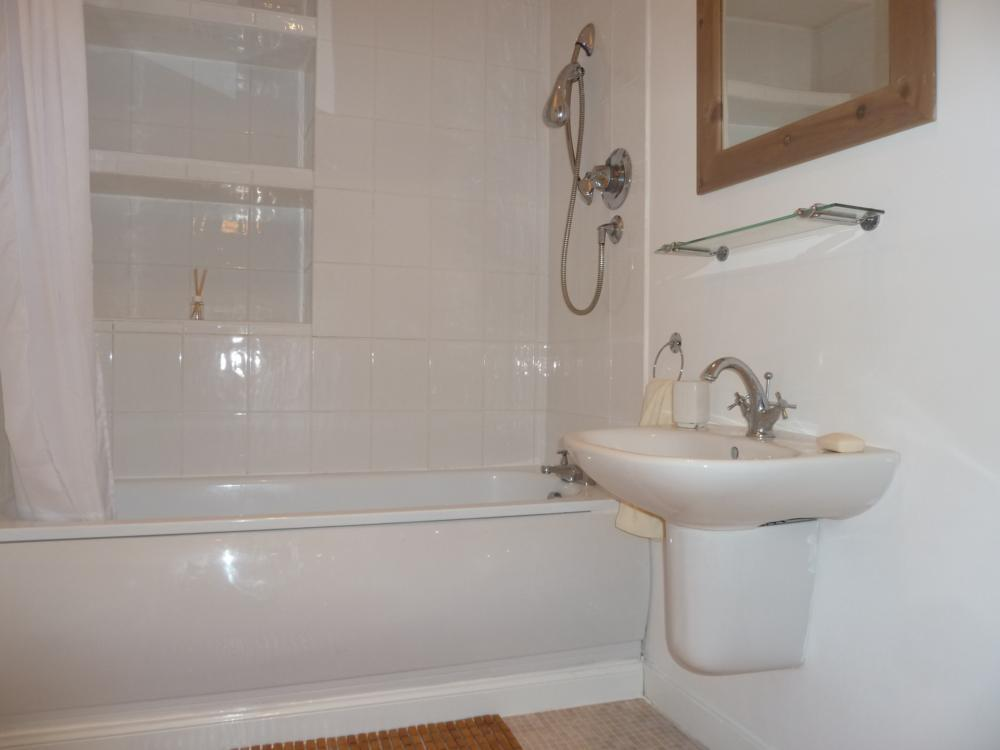 135 Rosemount Place, 2nd Right − Bathroom