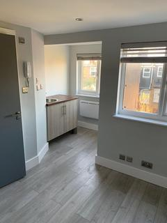 6 bedroom flat to rent - Crowborough Road, London, SW17