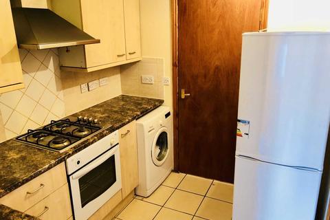 Studio to rent - Canterbury Road, Feltham