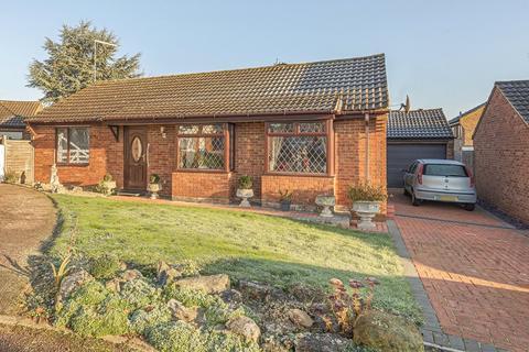 2 bedroom bungalow for sale - Wren Close, Towcester, Northamptonshire