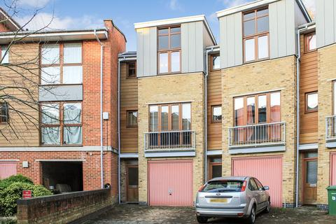 3 bedroom end of terrace house for sale - Coombe Way, Farnborough GU14
